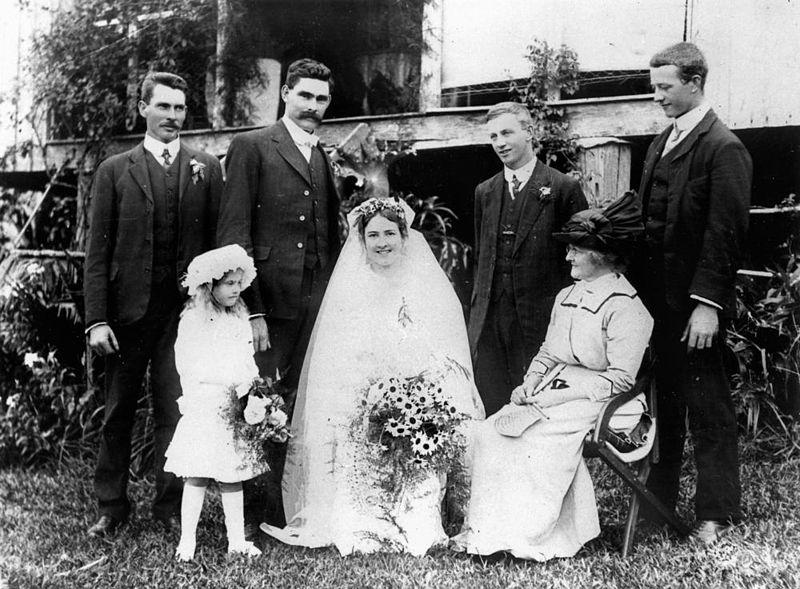 800px-StateLibQld_1_47084_Dorothy_and_Bob_Jenyn's_wedding_at_Mt._Tamborine,_1914